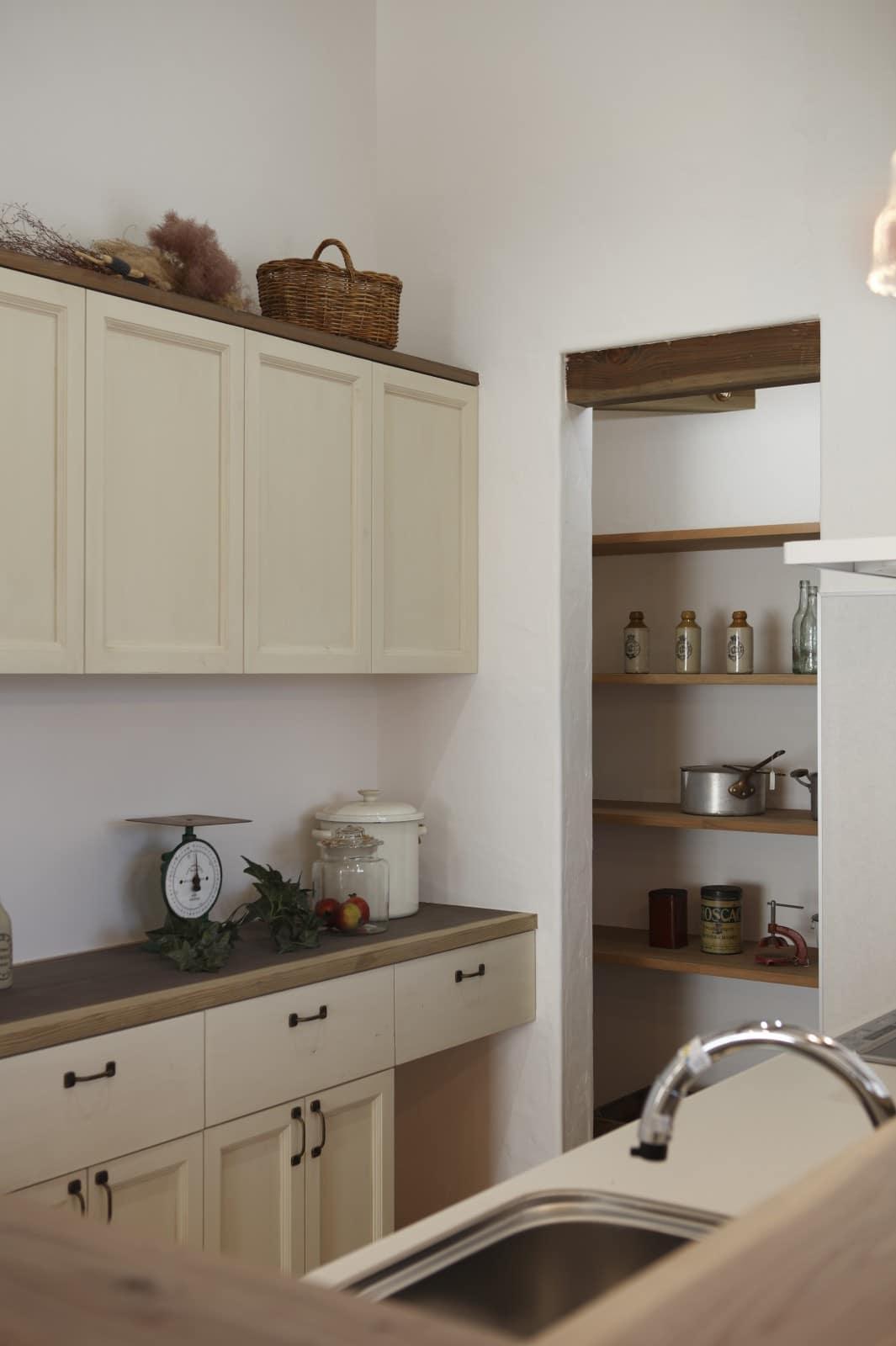 漆喰に囲まれたキッチンパントリー